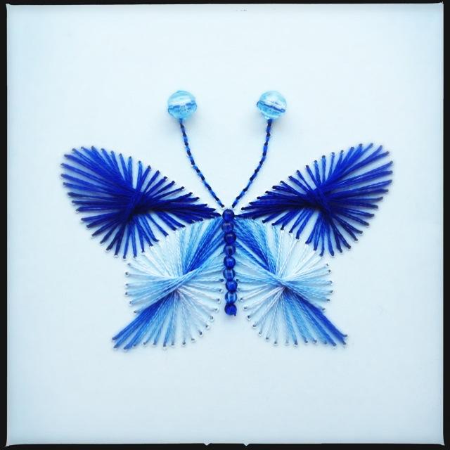 Broderet kort med sommerfugl og perler