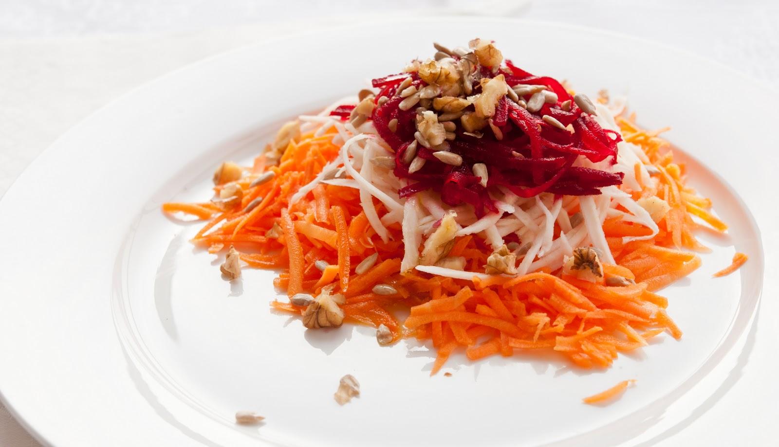 Зимна салата с моркови, целина и червено цвекло
