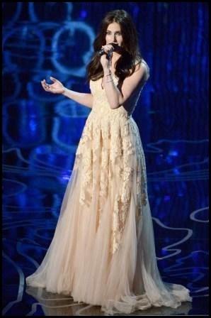 "Idina Menzel canta nerviosa la canción ganadora ""Let it go"", de Frozen"