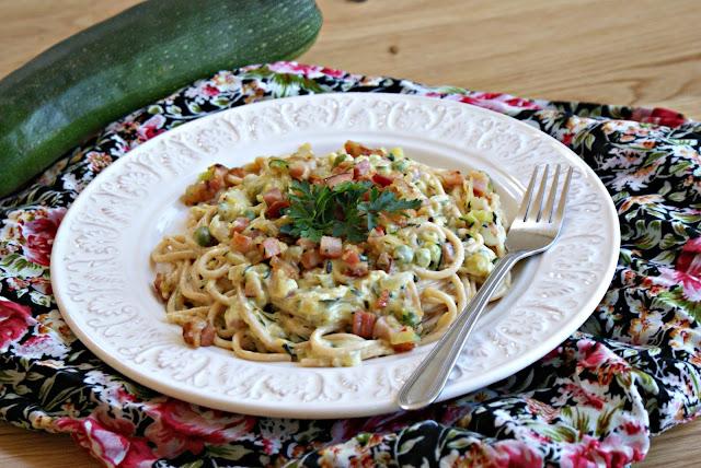Spaghetti ala crbonara z cukinią i groszkiem