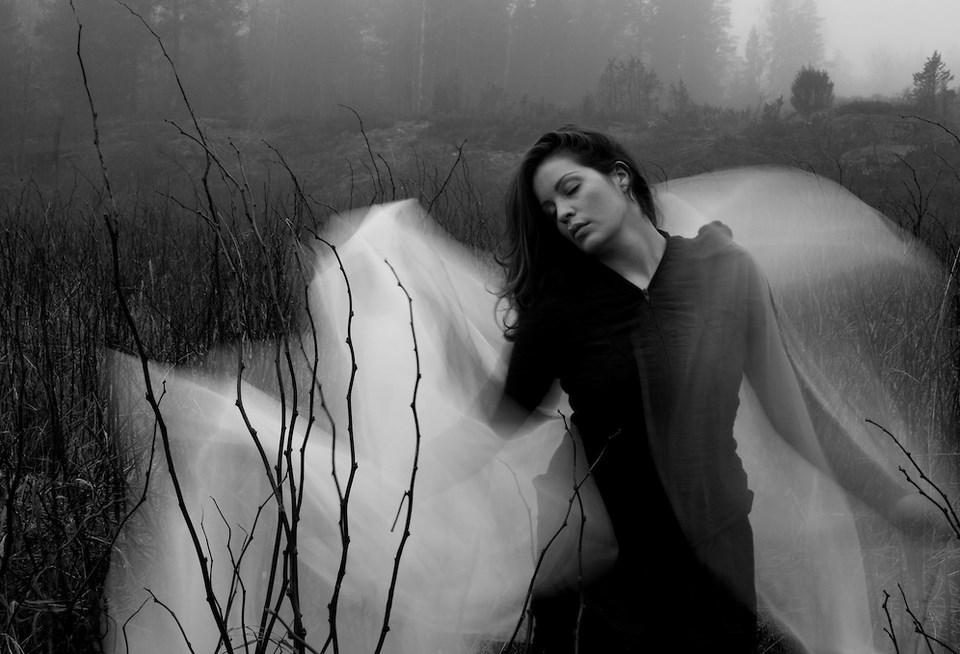 foto Konseptual hunting model foto hitam putih d kolam renang