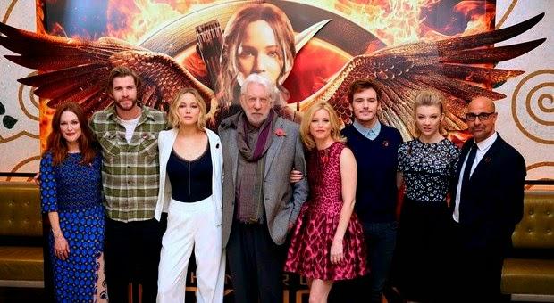 A atriz Jennifer escolheu um look comportado para divulgar o filme Jogos Vorazes: a esperança - parte 1