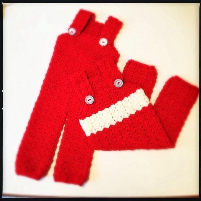 Rød hæklet buksedragt til baby. Let at lave.