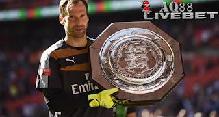 Liputan Bola - Baru sebulan menjadi warga baru di Emirates Stadium, Petr Cech sudah menjadi bintang Arsenal. Dia sudah mempersembahkan tiga gelar untuk Meriam London (julukan Arsenal).