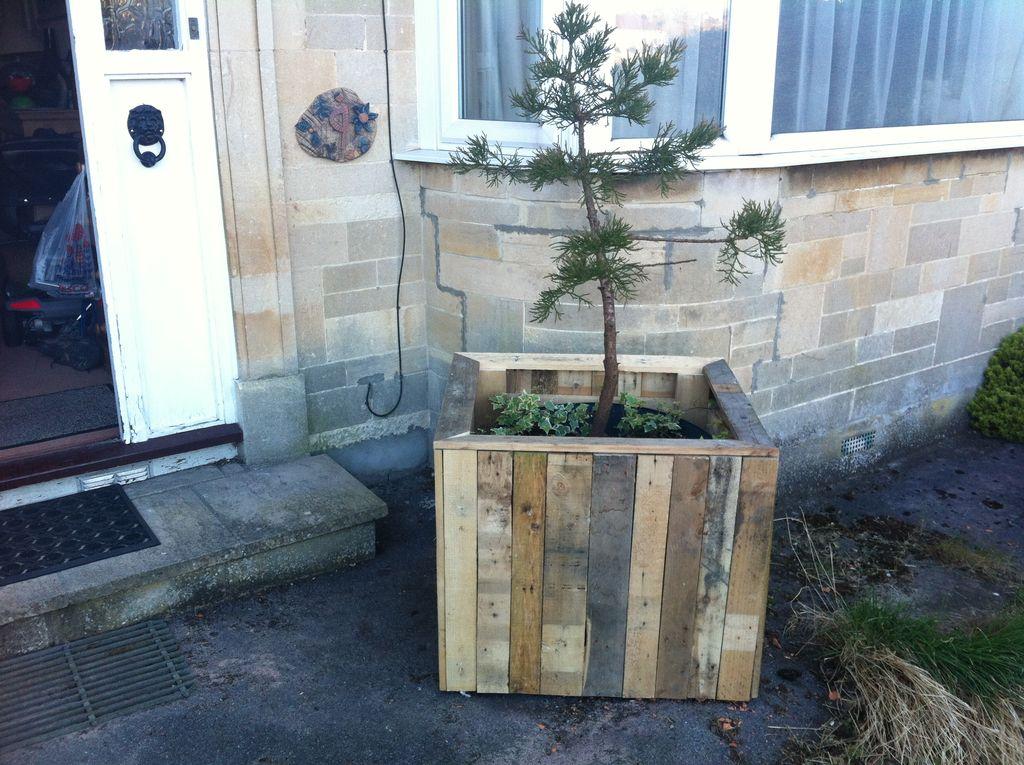 como hacer una jardinera exterior con palets de madera reciclados