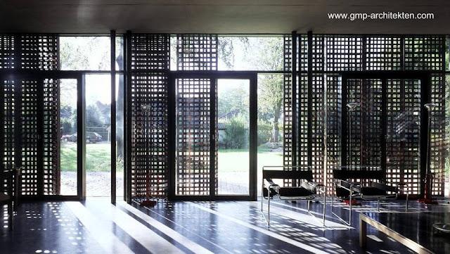 Sala de estar con persianas parcialmente abiertas