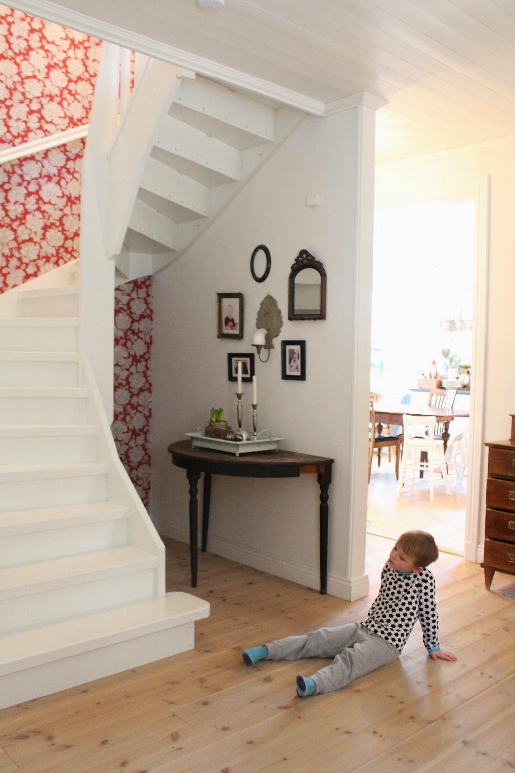 Claras hem pÅ byvÄgen : vedförvaring under trappan