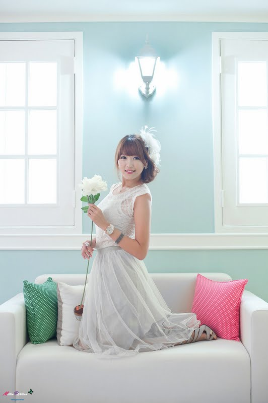 Lee Eun Hye in White Lace Dress