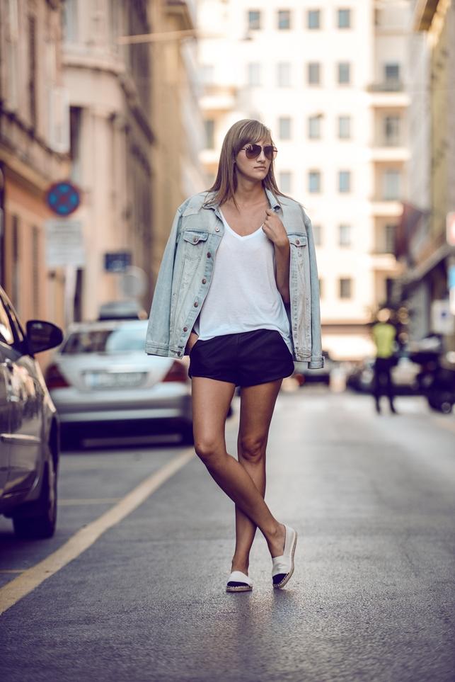 minimalistic outfit, leather shorts, oversized denim jacket, cap toe espadrilles, blogger, modna blogerka