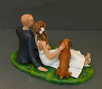 statuine sposini rilassati seduti prato fiori bouquet scarpe eleganti orme magiche