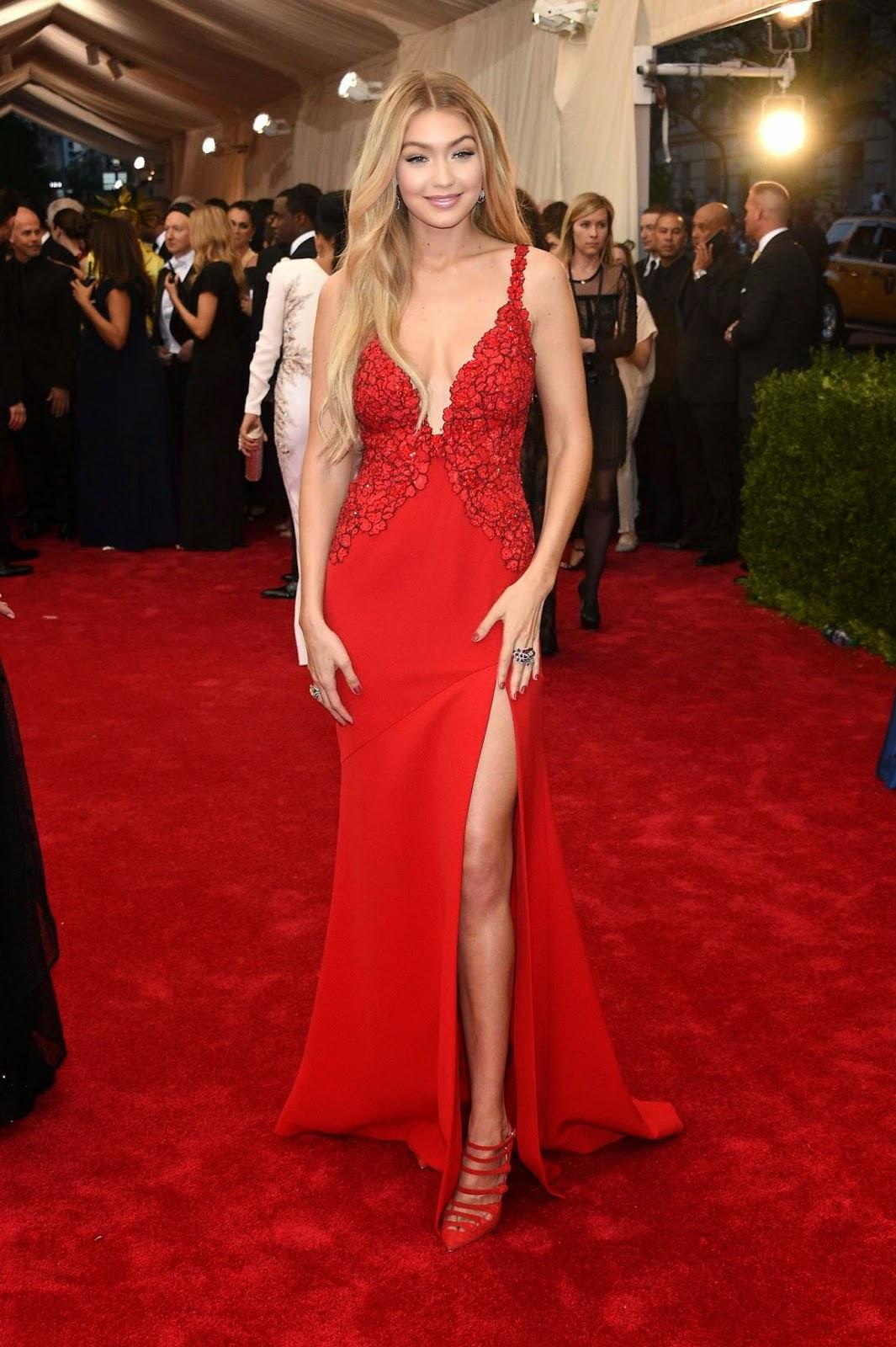 La splendide Gigi Hadid portait une robe de chez DVF.