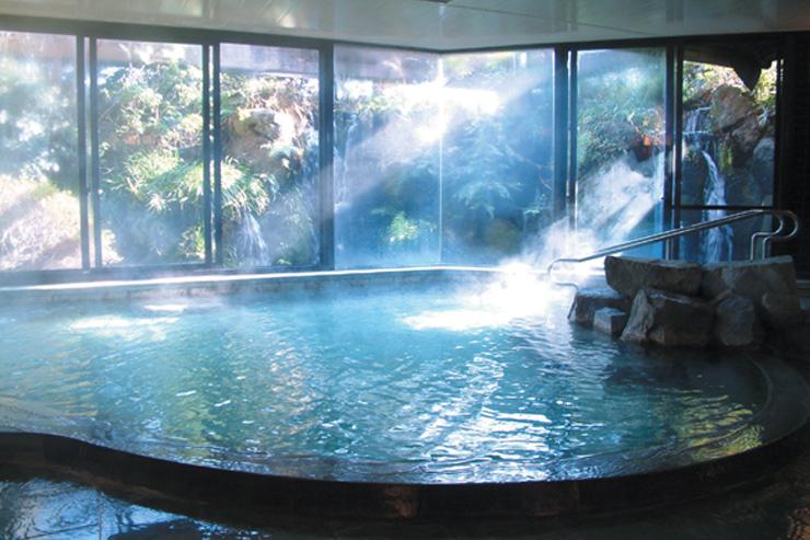 滝の流れる大展望温泉風呂