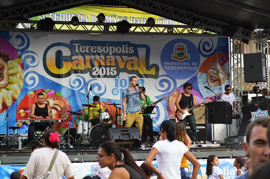 Banda Formiga Leão embala foliões com pop-rock