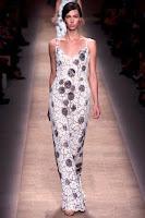 Официална дълга рокля от дантела с презрамки и сребърни цветя на Valentino