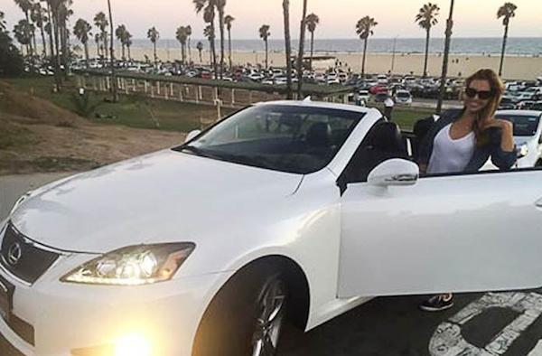 Christine Ouzounian postou uma foto de si mesma com um novo Lexus