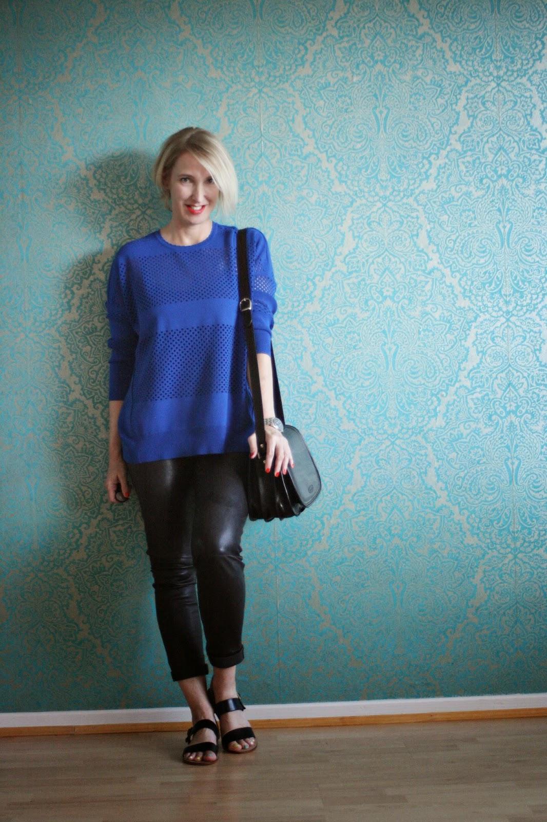 Outfit mit Pullover und Lederlegging