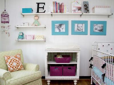 Habitación de bebé mucho color