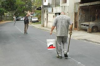 Profissionais da Secretaria de Segurança Pública de Teresópolis fazem a marcação do solo para iniciar a pintura de sinalização da R. das Paineiras