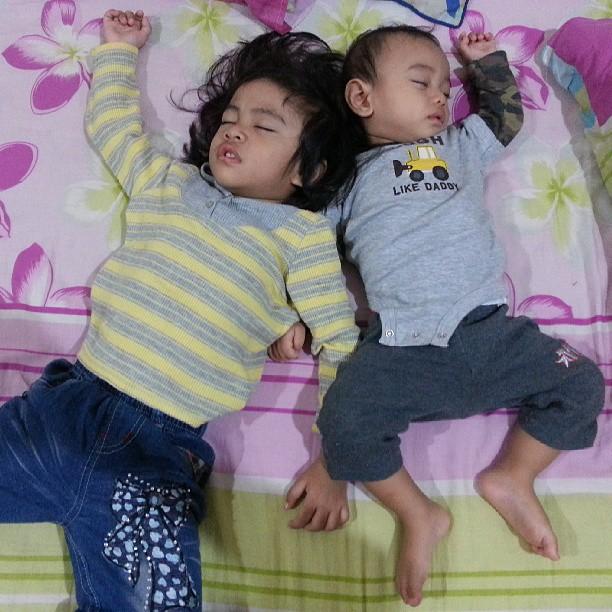 Wordless Thursday # Sama jer gaya tido kakak dan adik