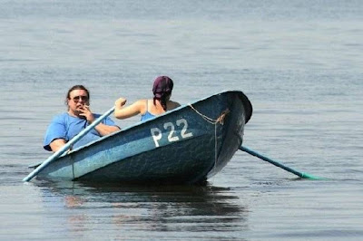 رجل وامرأة يجدفان فى قارب رجل ندل - man woman boat