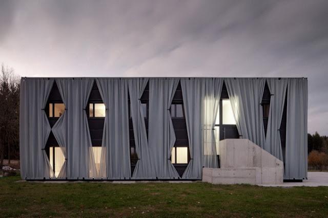 Дом с огромными шторами