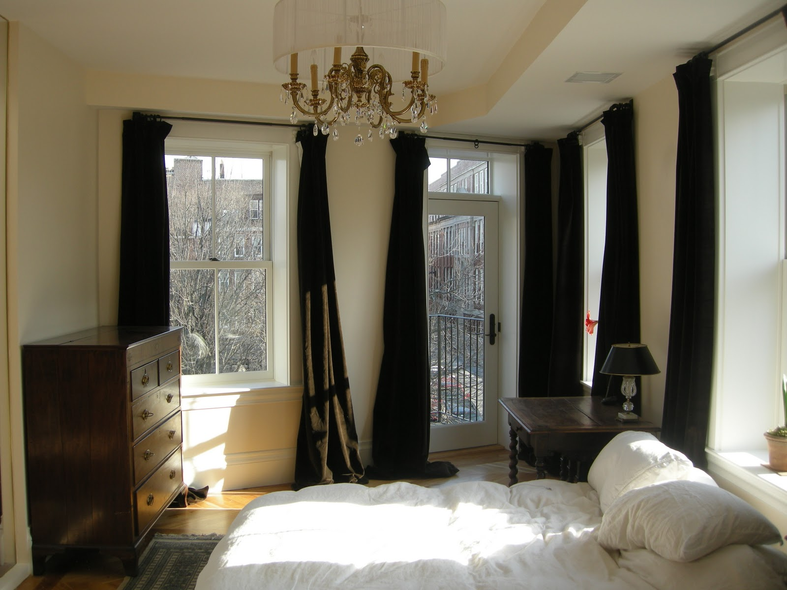 Redbrickbuilding Master Bedroom Curtains: dark curtains small room