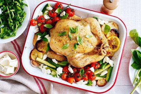 الدجاج المشوي مع البطاطس والطماطم والكوسة