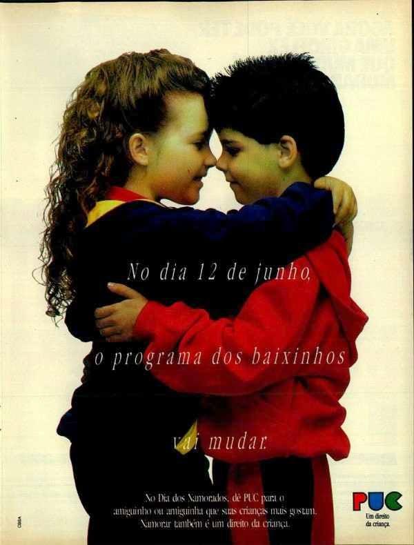 Propaganda da marca PUC com duas crianças insinuando beijo para campanha do Dia dos Namorados.