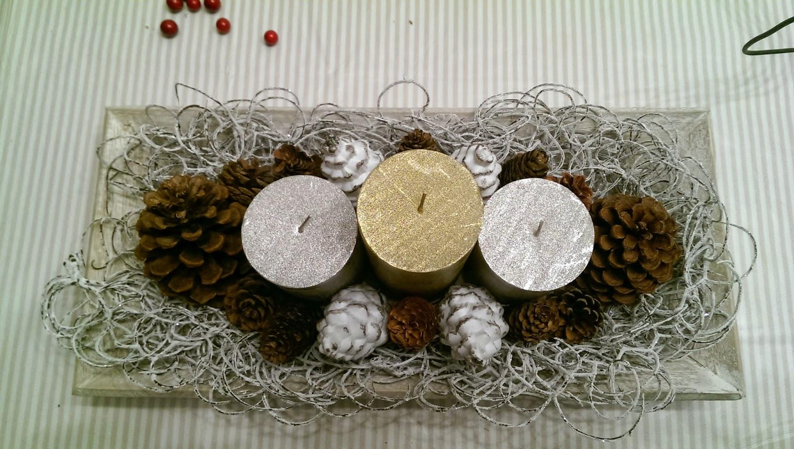 centro navideño con piñas