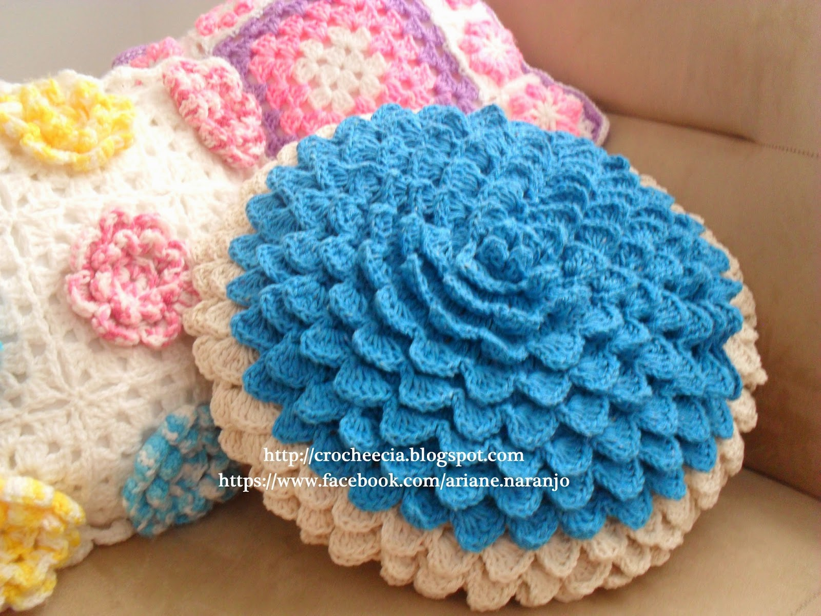 ... esta capa de almofada com ponto escama, usando barbante cru e azul