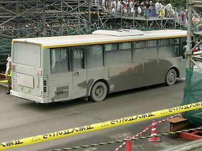 バスは泥まみれ