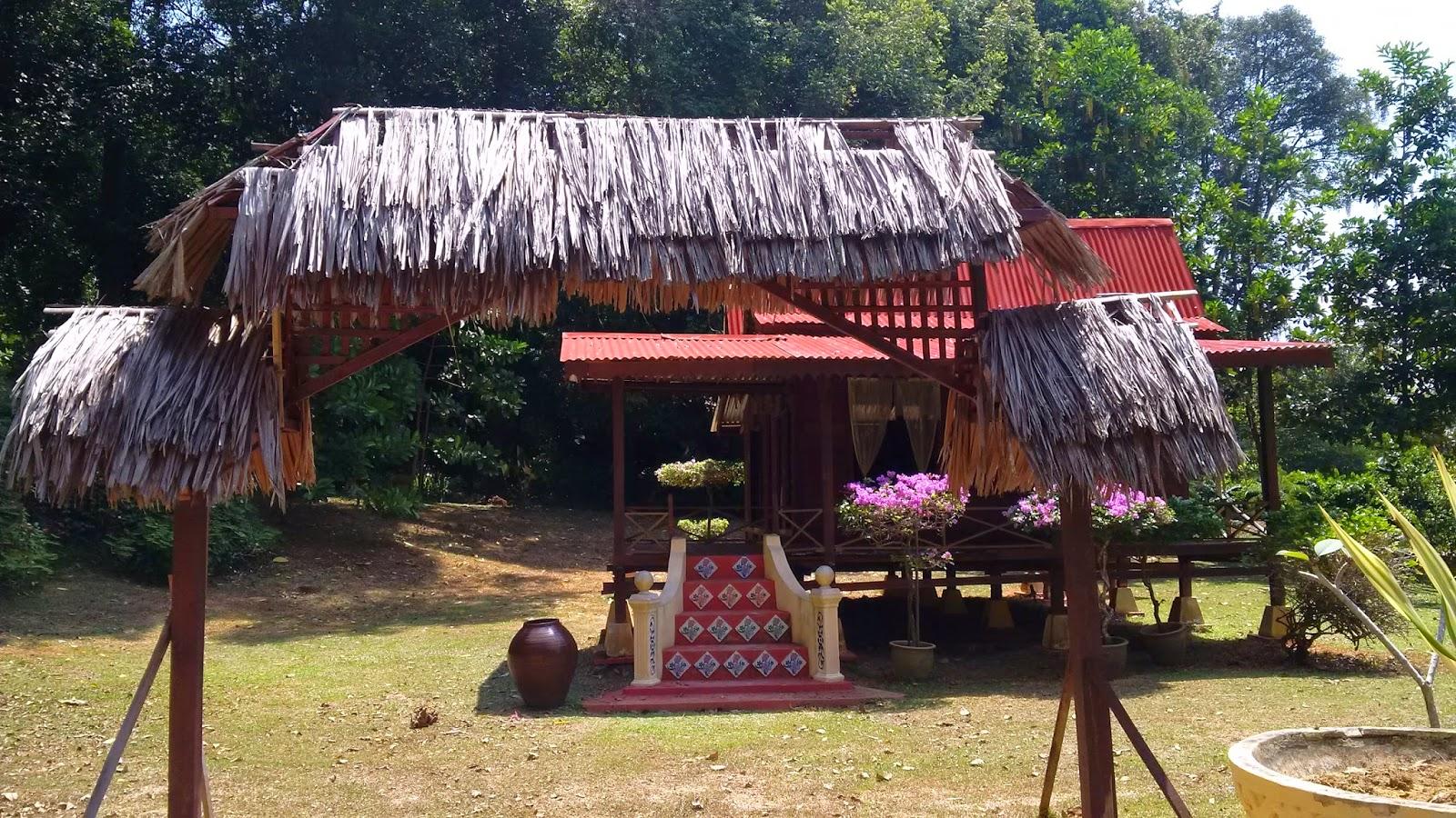 taman seribu bunga melaka, thousand flower garden, kompleks Seri Negeri, orkid, flowers melaka, trees, malaysian herbs.