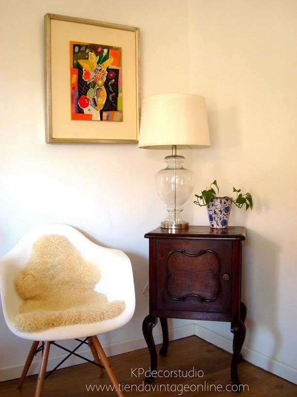 Mesita de luz como mesa auxiliar salón vintage. Silla eames blanca. Muebles vintage online