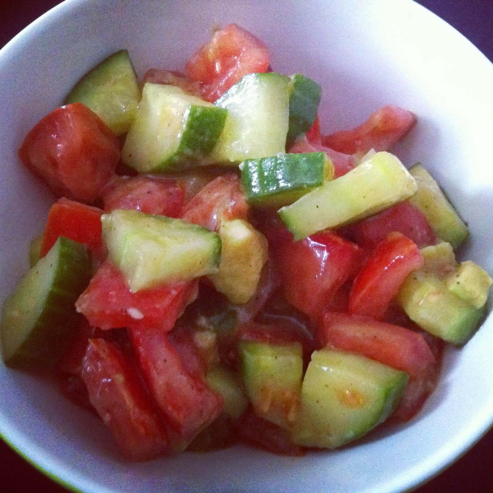 http://healthyveganweightloss.blogspot.de/2014/08/rezept-tomaten-gurken-avocado-salat.html