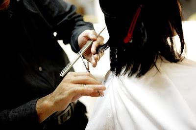Potong rambut secara rutin agar rambut berhijab tidak bercabang