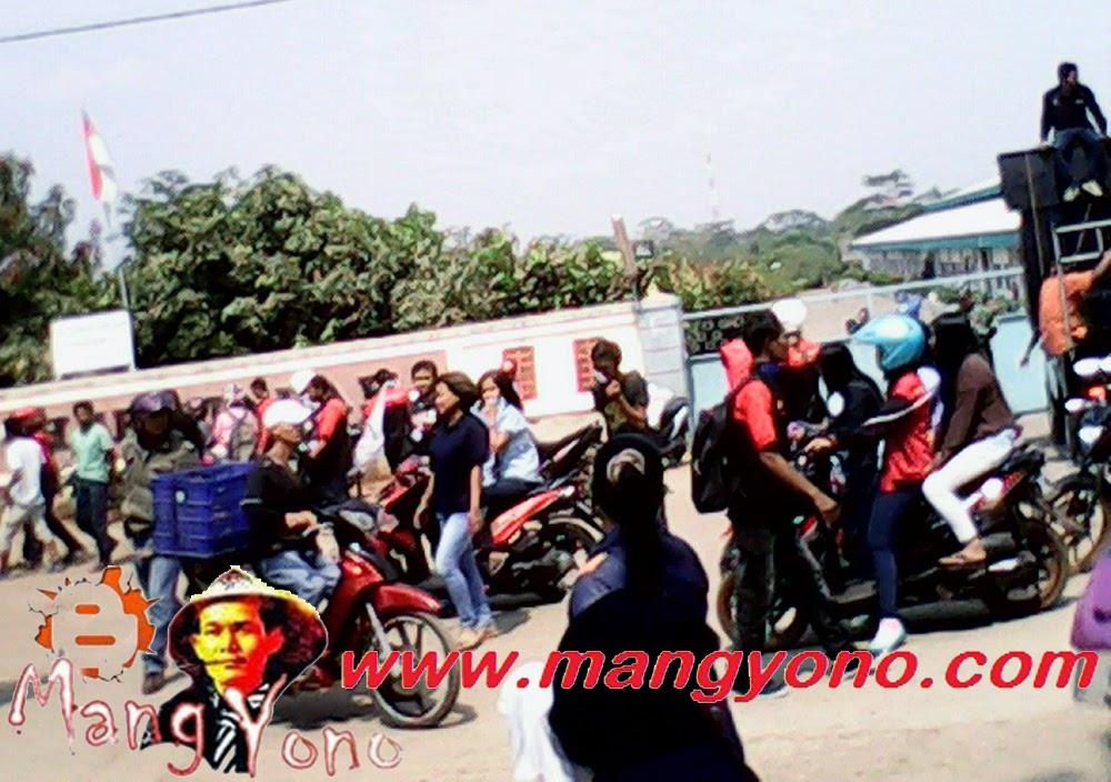 Demo buruh mendesak Upah Minimum Kabupaten
