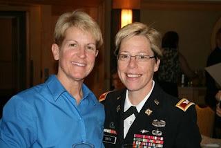 Esposa de generala de EEUU le impone insignias