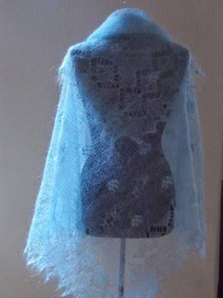 TE KOOP: vierkante lichtblauwe shawl.