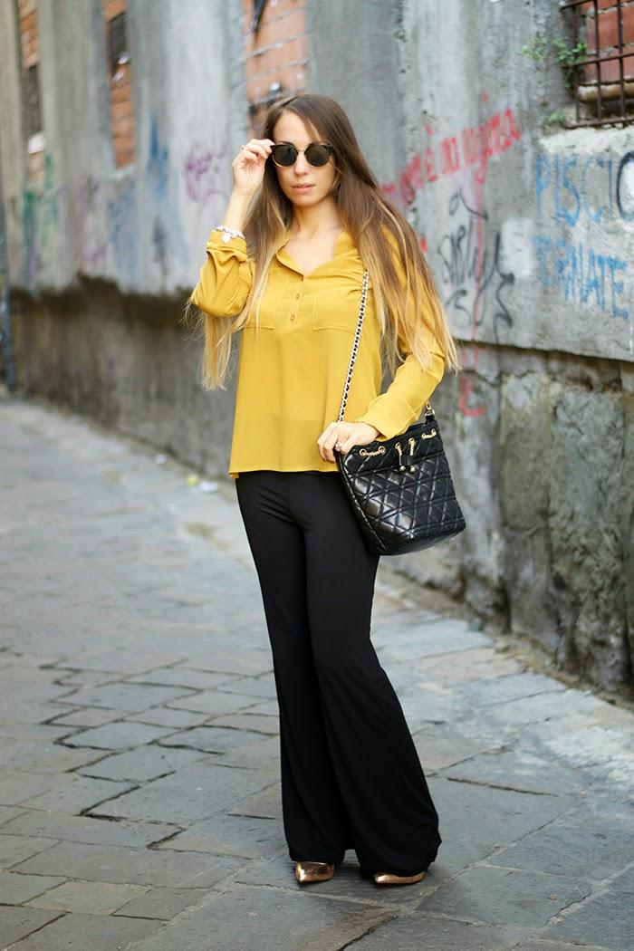 pantaloni neri a zampa