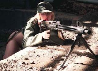 QUEL EST LE NOM DE LA REPLIQUE - Page 2 Sexy-girls-with-weapons-020