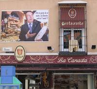 Contaminación visual en BIC Centro Histórico de Málaga, rótulos comerciales