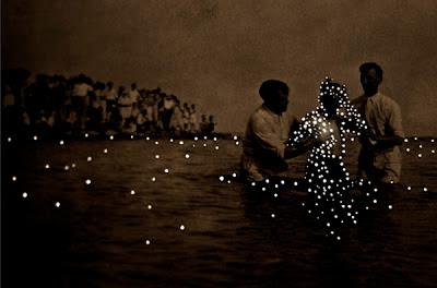 """Daré alla Lucé é uma série fotográfica da artista canadense Amy Friend. Daré alla Lucé significa """"Dar à Luz"""", justamente o que essa série de fotografias faz, criando uma trabalho mágico, delicado e hipnótico."""