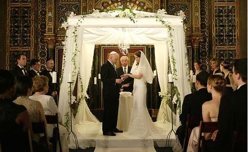 La boda judía suele tener dos momentos diferentes el panim kabalat es un momento para saludar a la pareja antes de que la ceremonia comience.