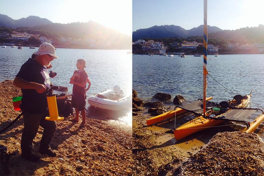 El equipo en la playa y el catamarán de Capitán Q