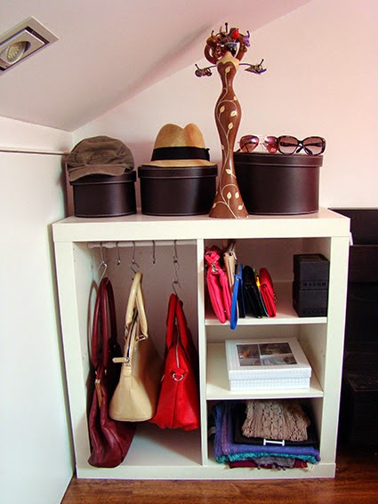 un armario auxiliar para guardar los bolsos con expedit