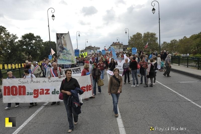 valérie blachier manifeste contre l'exploitation des gaz et huiles de schiste le 19 octobre 2013 à montélimar photo blachier pascal