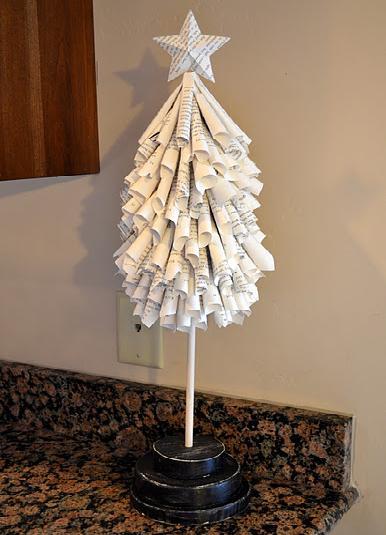 Arbol de Navidad de mesa con papel reciclado