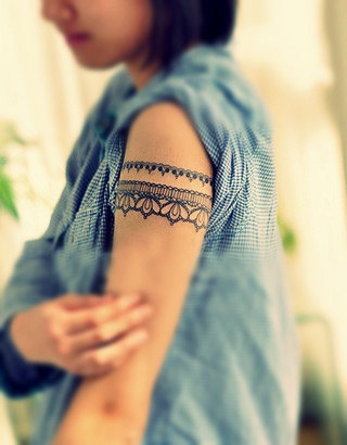 Lace around the arm female tattoofemale tattoos gallery for Tattoo around bicep