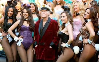 Fundada em 1953 pelo empresário Hugh Hefner, a Playboy é uma revista de conteúdo adulto voltada para o público masculino. O coelho sempre foi um símbolo marcante do veículo impresso, tanto que se tornou referência nas roupas sensuais das mulheres que trabalhavam em bares noturnos e das playmates. Ou seja, as mulheres que posavam para a Playboy. Apesar disso, todas as sedutoras que entraram na vida de Hugh, de alguma forma acabaram ganhando o apelido de coelhinhas. Por isso, reunimos aquelas que serão inesquecíveis!