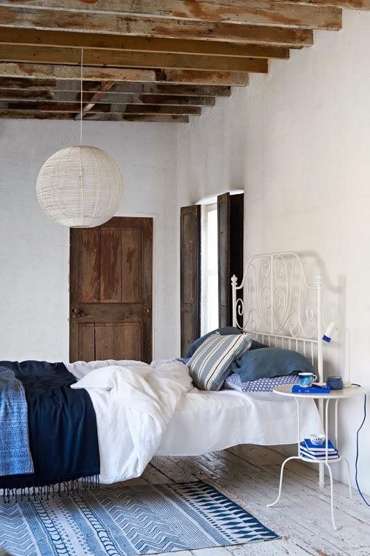 Casa decorada en azul, blanco y madera